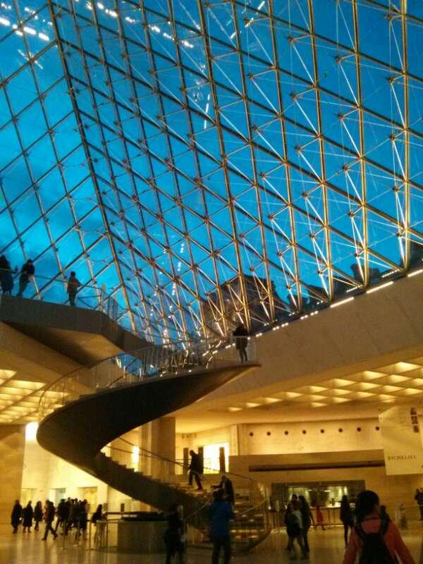Intérieur de la pyramide du Louvre