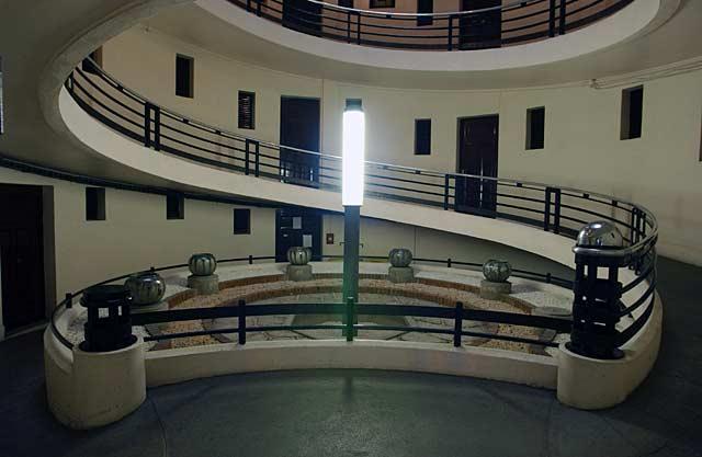 Cet immeuble de 6 étages... N'a ni escalier ni ascenseur !